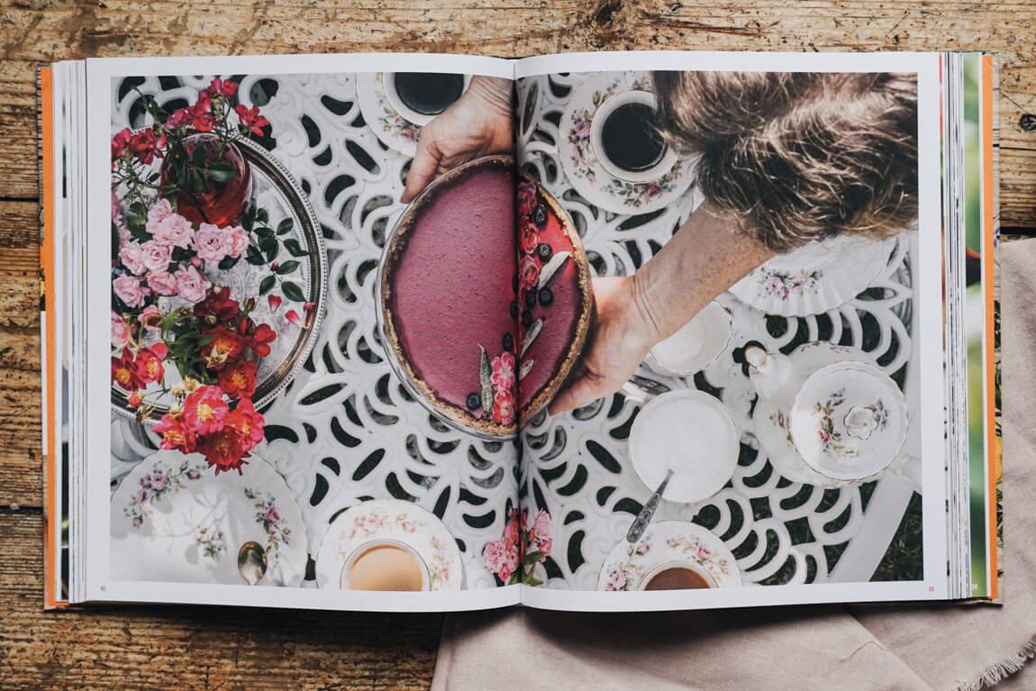 Blüten-Genuss Tafel und Teller Beerentorte