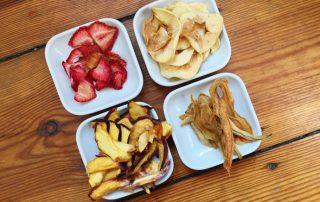 Gedörrtes Obst: Apfelringe, getrocknete Erdbeeren, Birnenstreifen und Pfirsichstreifen