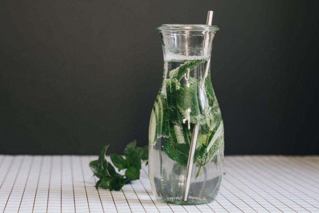 Infused Water mit Gurke und Minze