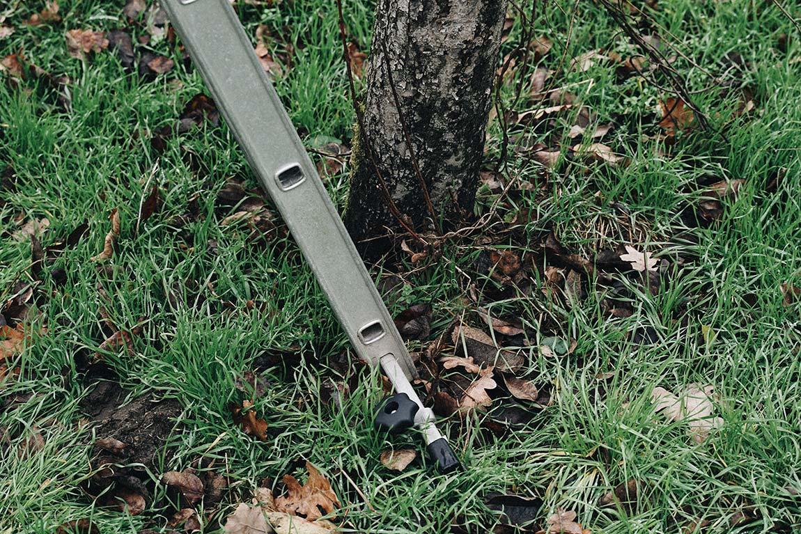 Leiter für Baumschnitt stabil aufstellen