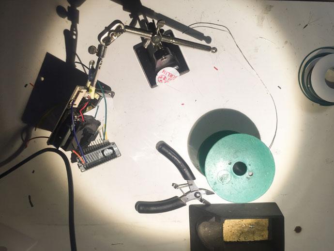 Hier löten wir die Kabel fest für den Sensor mit dem man Luftverschmutzung selber messen kann.