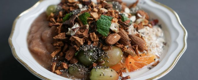 Porridge mit Apfelknusper, Chia und Mandelkrokant