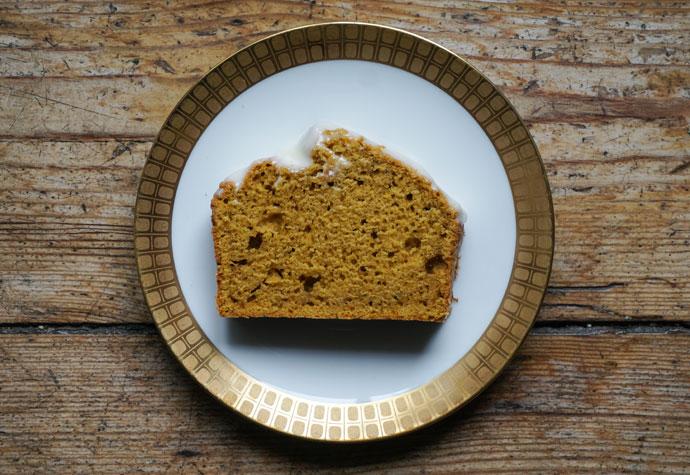 Eine Scheibe Kürbis Gewürz Kuchen.
